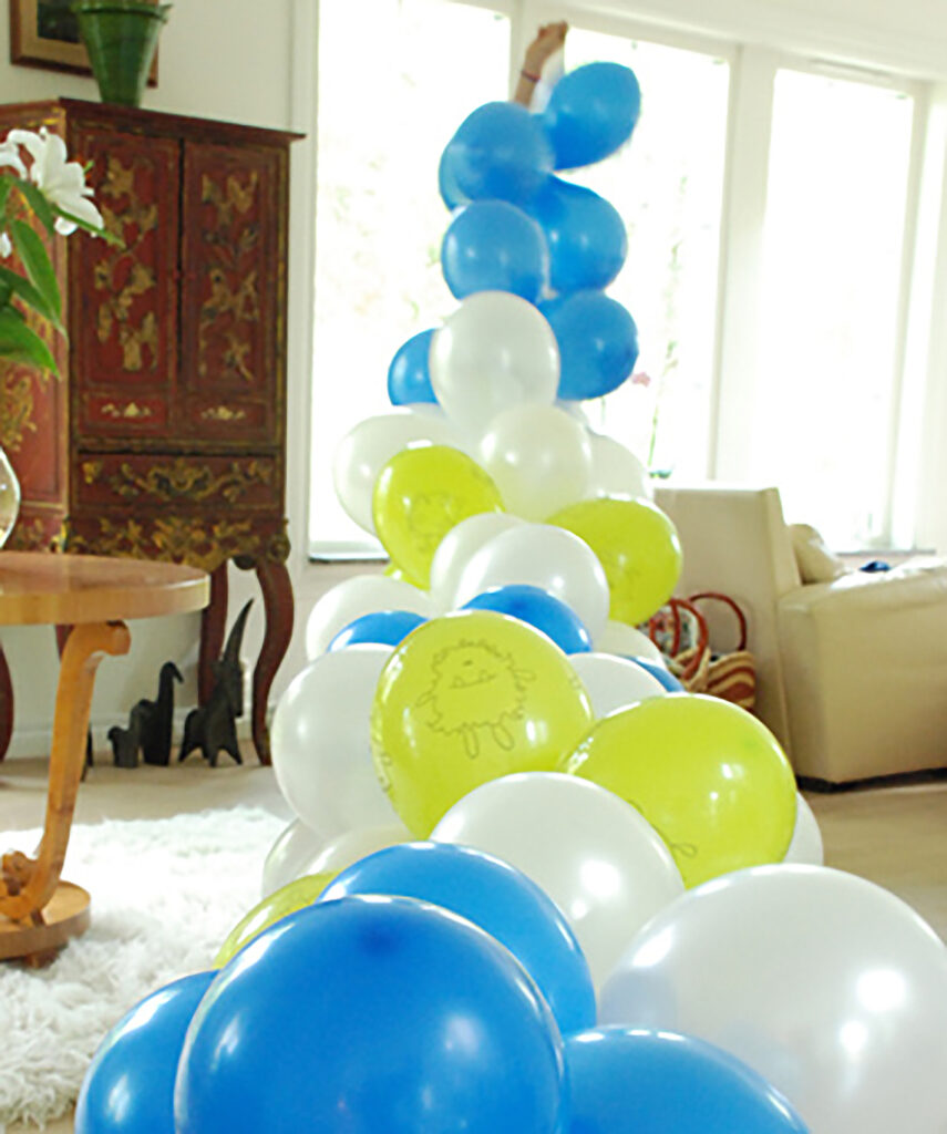 How to make a balloon garland willowday for Balloon decoration instructions